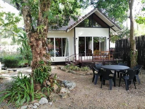 Lakeside Family Beach House 3