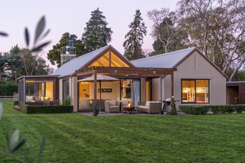 Kowhai Lodge - Greytown Holiday Home